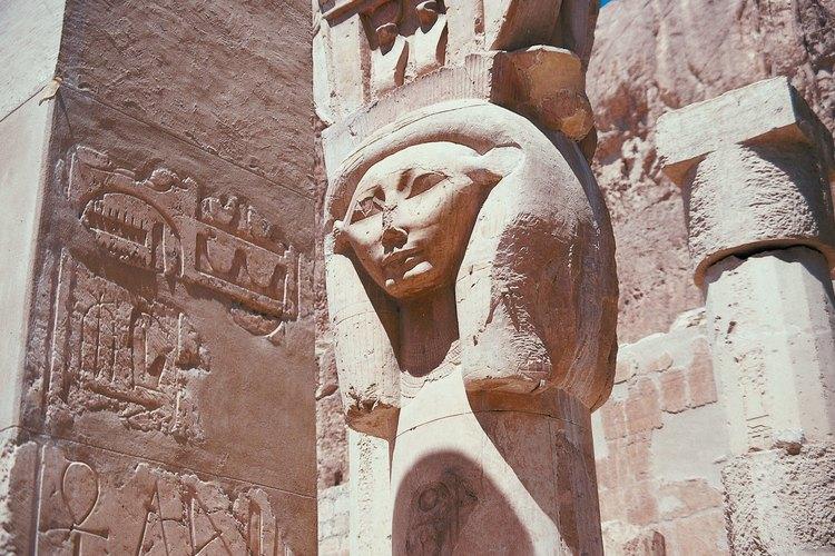 Si bien tu disfraz de momia puede no ser tan elegante como el de los egipcios, es mucho más fácil de hacer.