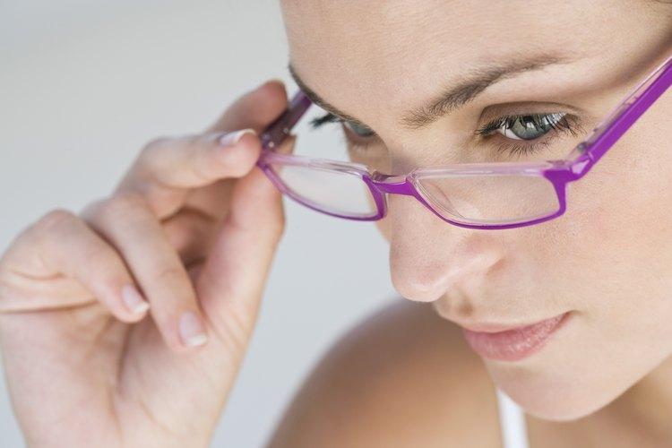 Inspecciona los lentes por signos de arañazos del recubrimiento restante.