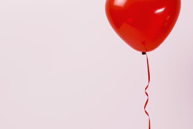 Cuando tu pareja abra el baúl, los globos románticos serán liberados.
