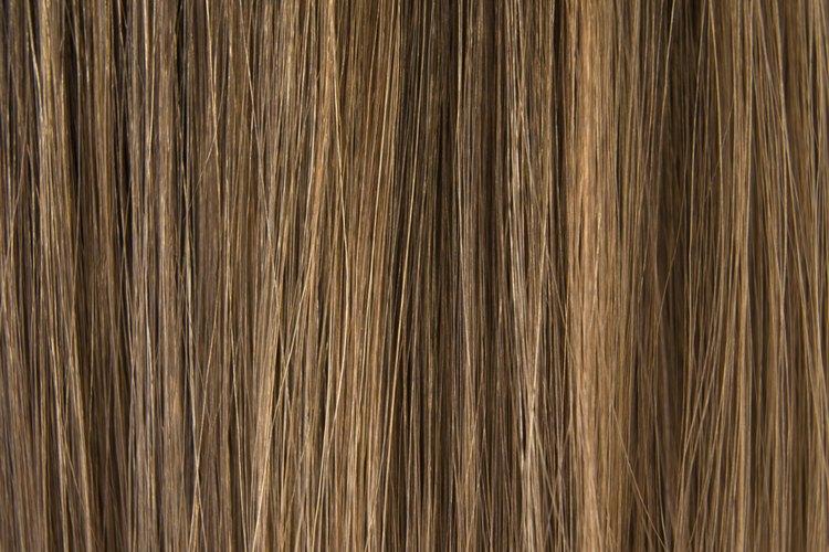 Alisar tu cabello con una plancha es una manera eficaz de conseguir cabello más delgado y recto.