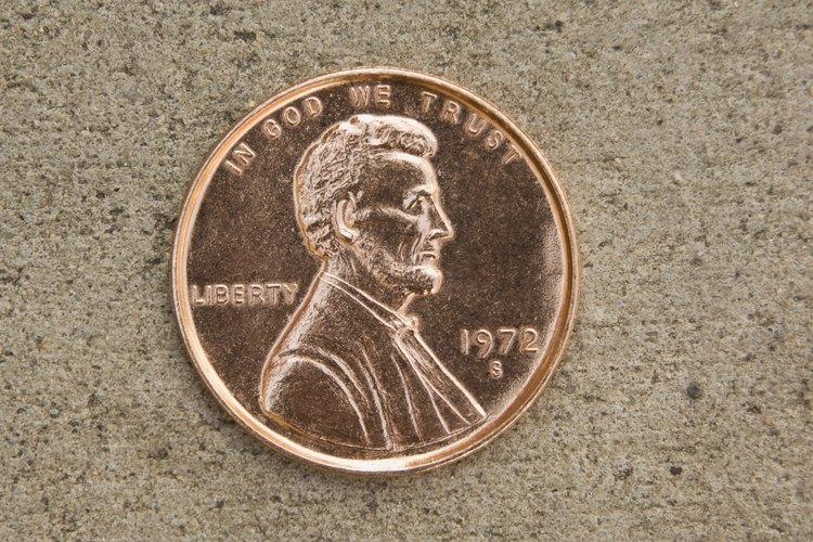 Los centavos nuevos o limpios lucen brillantes, los centavos viejos son opacos y están cubiertos con óxido.