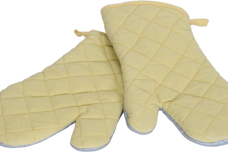 Usa guantes para retirar la parrilla con la comida.