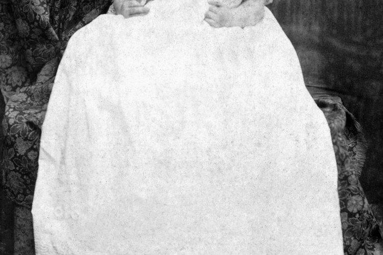 Tanto los niños como las niñas usan trajes de bautismo largos al ser bautizados.