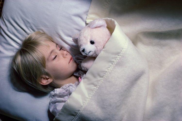 Los niños suelen mojar la cama por que están en un sueño profundo y no sienten la necesidad de orinar.
