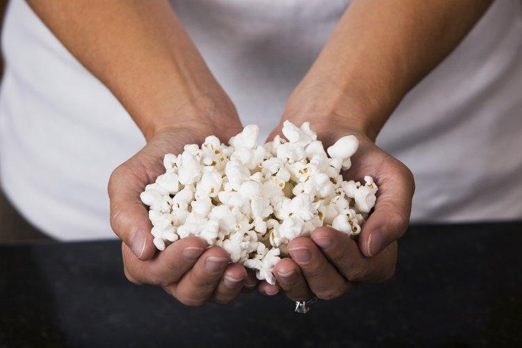Usa palomitas de maíz para microondas o maíz que ha explotado en la hornilla.