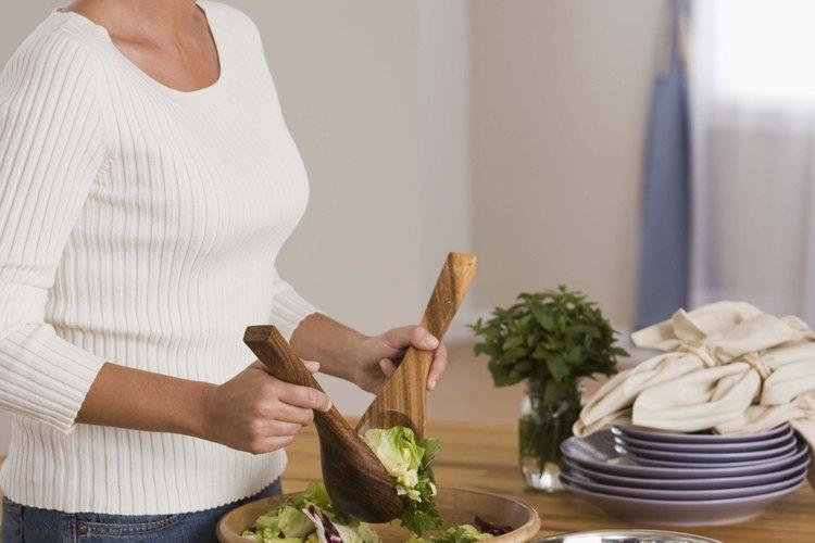 Decora una ensalada de vegetales para estimular el apetito de tus invitados.