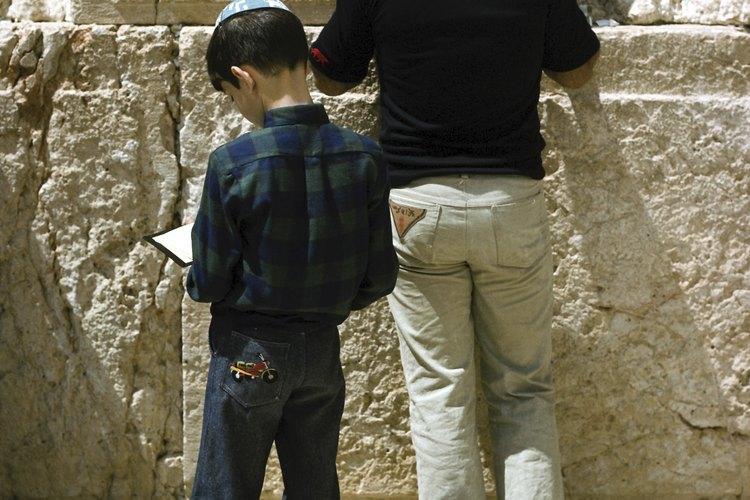 Niños judíos rezando en el Muro de las Lamentaciones, el último vestigio del Templo de Jerusalén.