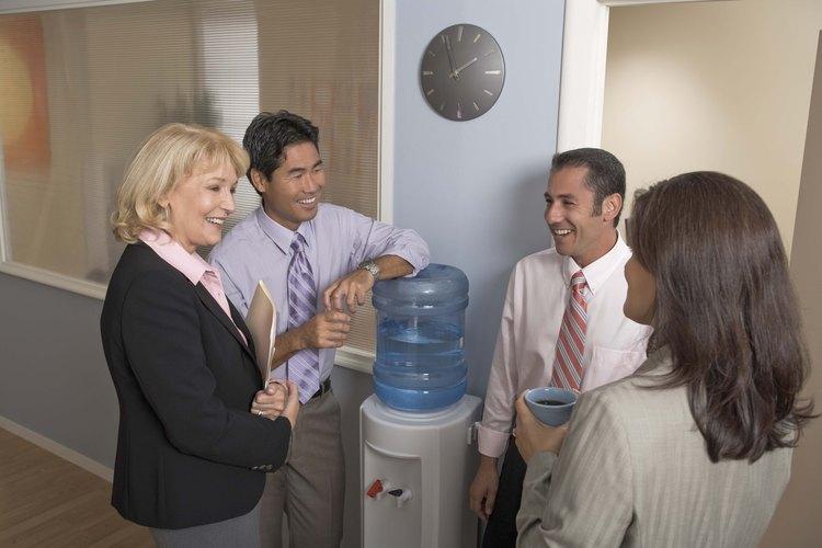 Los dispensadores de agua son comunes en las oficinas.