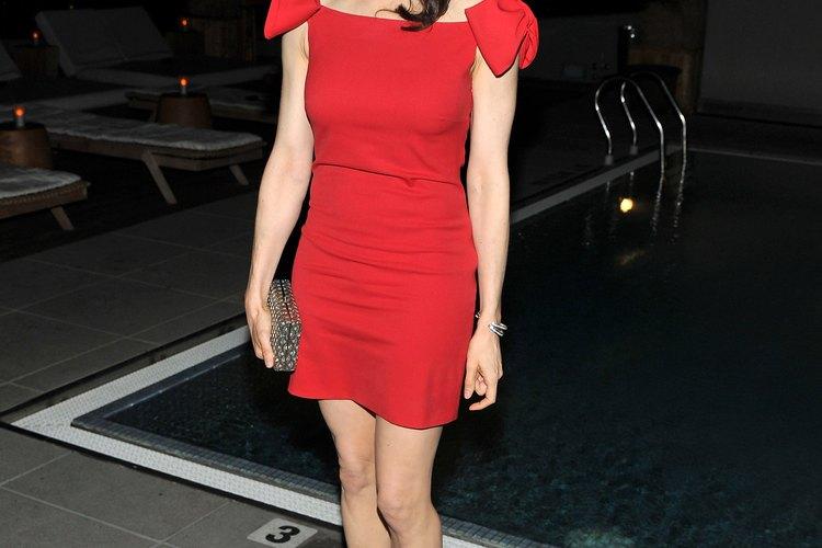 Vestido rojo con medias negras o carne