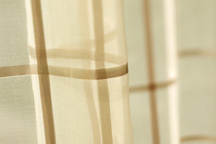 Cortinas con un patrón de color marrón.