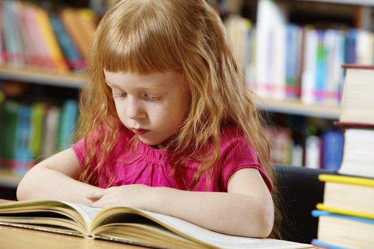 Una pequeña niña leyendo en la biblioteca.