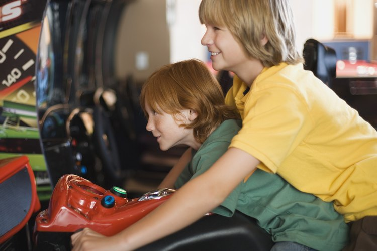 Los traviesos adolescentes pueden entretenerse por horas en las salas de juegos de video.