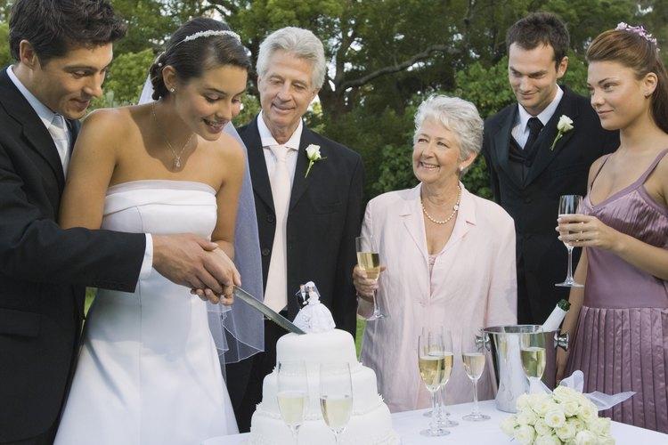Todo el equipo nupcial, incluyendo a la madre del novio, deben pensar en los vestidos que usarán.