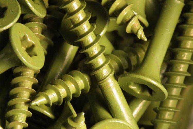 Las dimensiones estándares de los tornillos aseguran que encajan en los agujeros roscados.