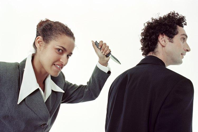 Los narcisistas te apuñalarán por la espalda de manera figurativa para conseguir su objetivo.