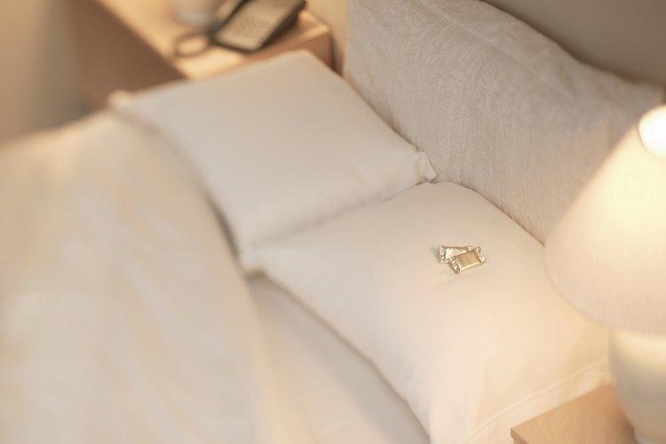 Las almohadas de plumas limpias agregarán comodidad a tu cama.