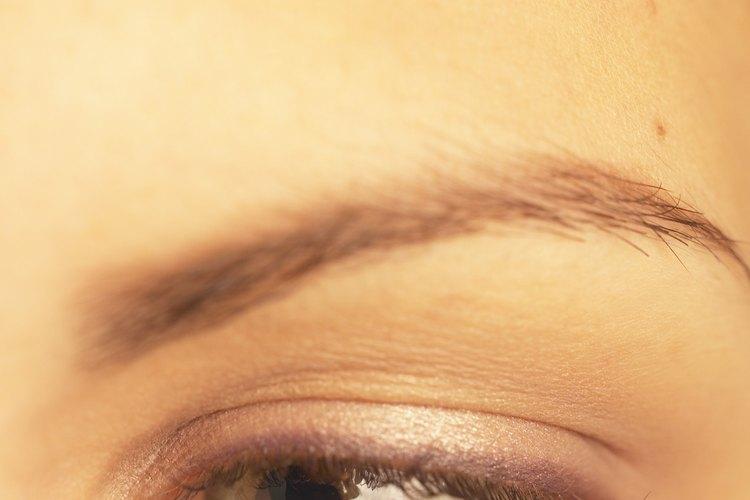 Las cejas bien cuidadas hacen que una mujer se vea más joven.