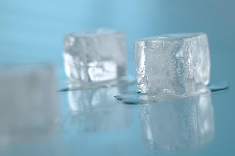 Busca los cubos de hielo que pueden causar una obstrucción en la máquina de hielo.