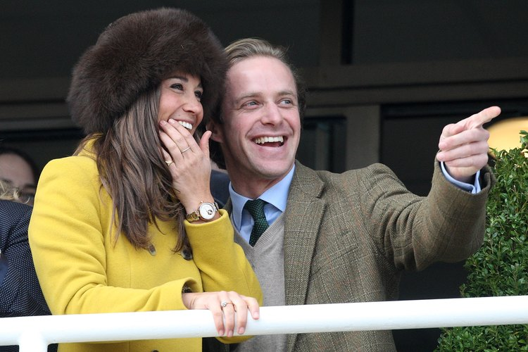 Pippa Middleton y Tom Kingston, quienes se visten de tweed, disfrutan de su visita al Cheltenham Racecourse en Cheltenham, England.