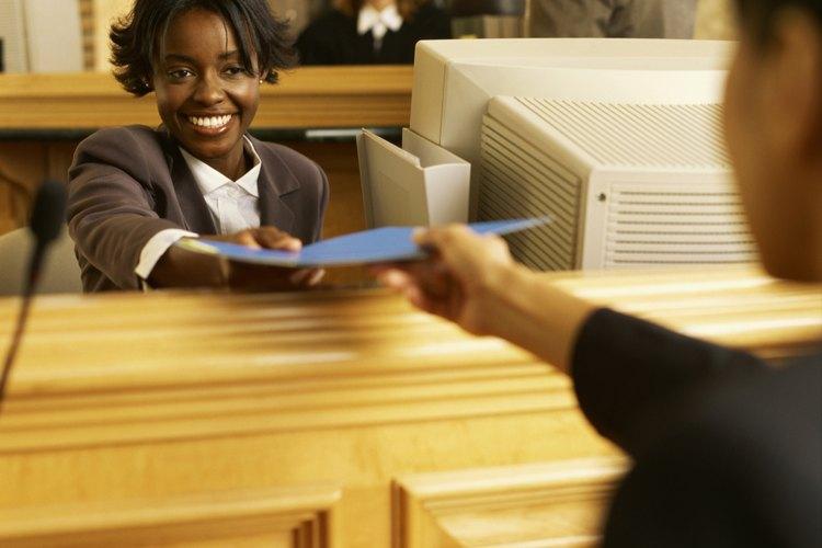 Las funciones de trabajo de una secretaria técnica pueden implicar la gestión de los sistemas informáticos en la oficina.