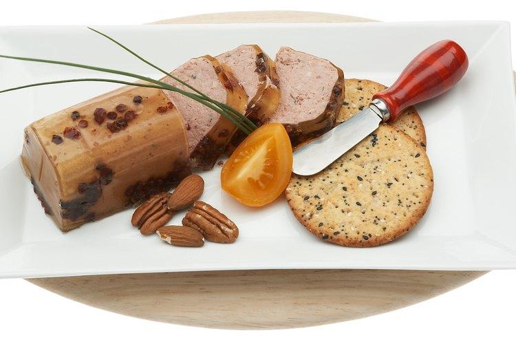 El queso de cabeza puede servirse como un aperitivo con galletas saladas.
