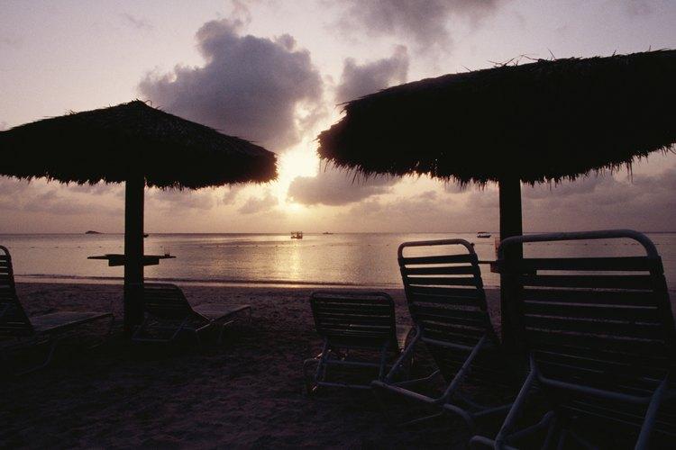 Las sombrillas de paja dan un aspecto tropical real.