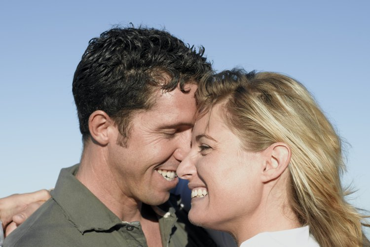 Saluda a tu pareja de forma cariñosa y efusiva cuando llegue a casa.
