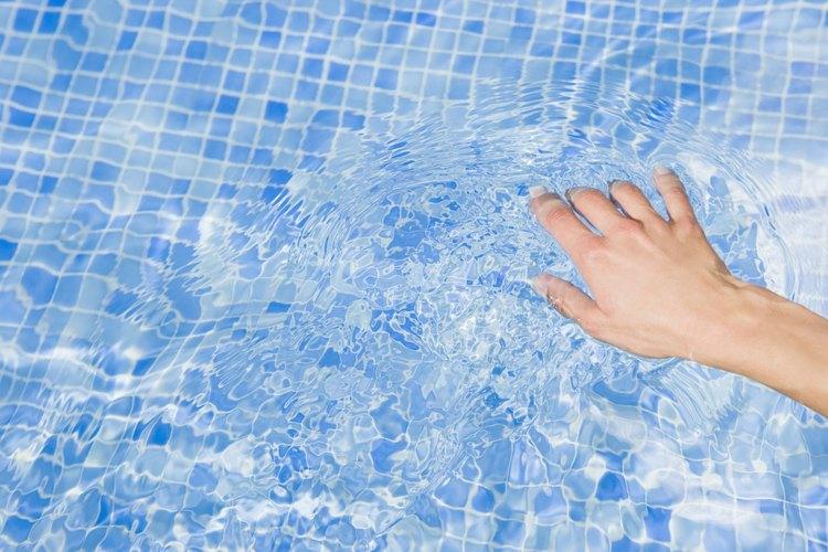 Ten el agua de tu piscina clara con un buen mantenimiento de la bomba.