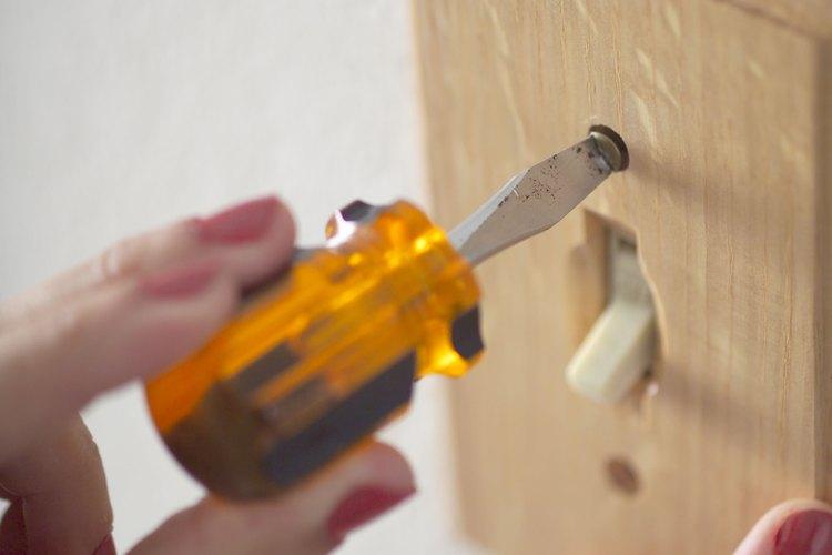 Retira cualquier otro interruptor de pared, si está presente.