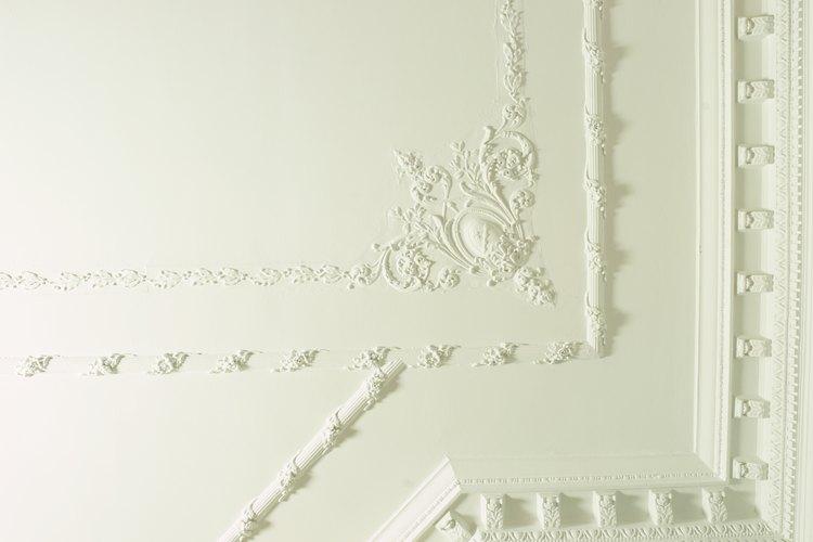 Añade hermosas molduras de yeso del estilo victoriano a los cielorrasos de tu hogar.