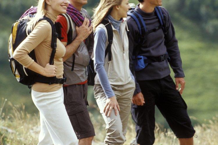 Algunos excursionistas disfrutan de un esfuerzo agotador y otros de un agradable paseo.