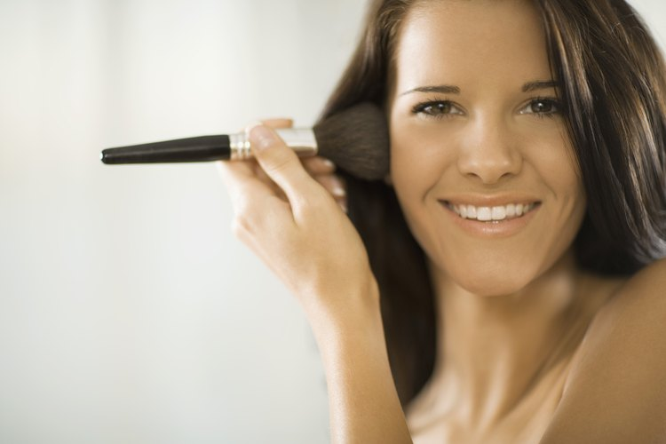 Asegúrate de comprar maquillaje que pueda usarse tanto diariamente como en una salida nocturna con las chicas.