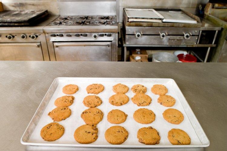 Repite cuantas veces sea necesario hasta que la bandeja de horno esté limpia.