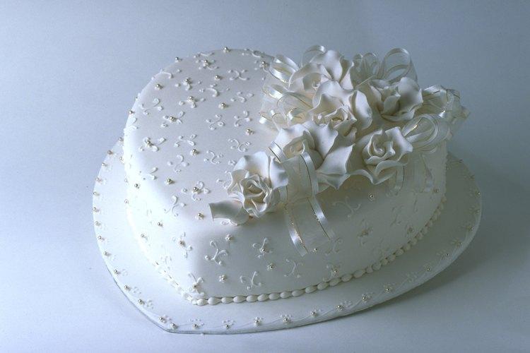 La pasta de goma puede ayudarte a crear decoraciones maravillosas y realistas para tu pastel.