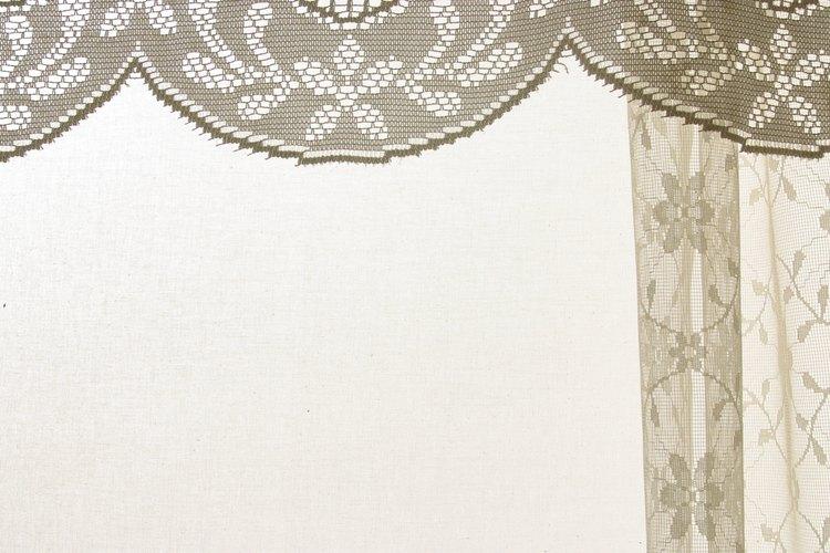 Agrega la cortina y cuelga el cuadro de la cenefa en la ventana.