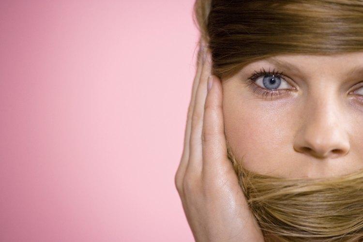 Cambiar tu color de cabello castaño a un hermoso rubio es fácil con el matizador correcto.