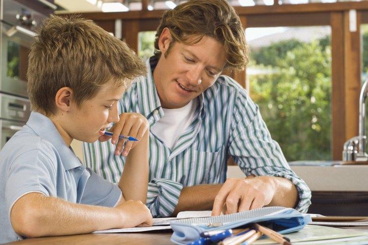 Ayudar a tus hijos con su tarea es una manera de impulsar su logro académico.