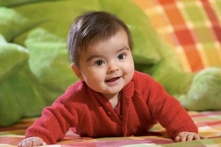 Algunos bebés que comienzan a moverse prefieren arrastrarse en vez de gatear.