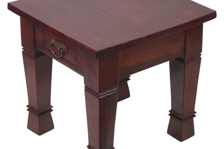 Las manchas de alcohol pueden arruinar la apariencia de una mesa.