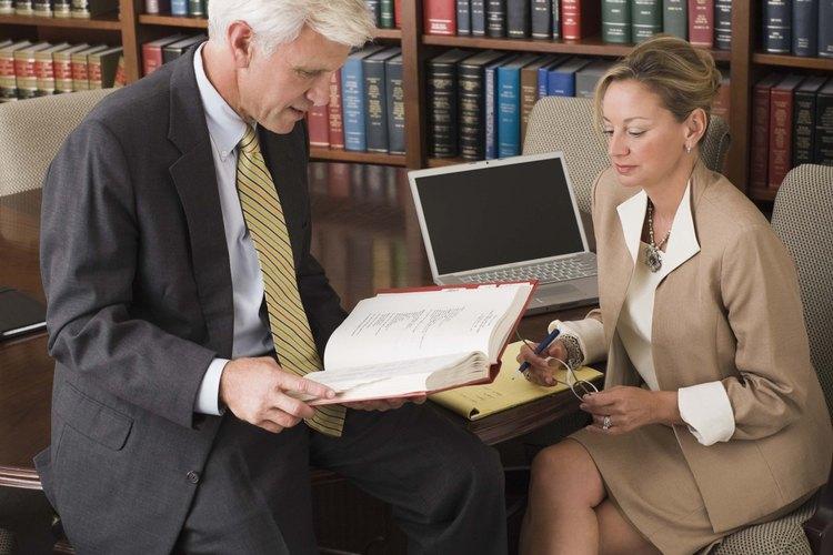 Los asistentes legales suelen ayudar a los abogados con la investigación jurídica.