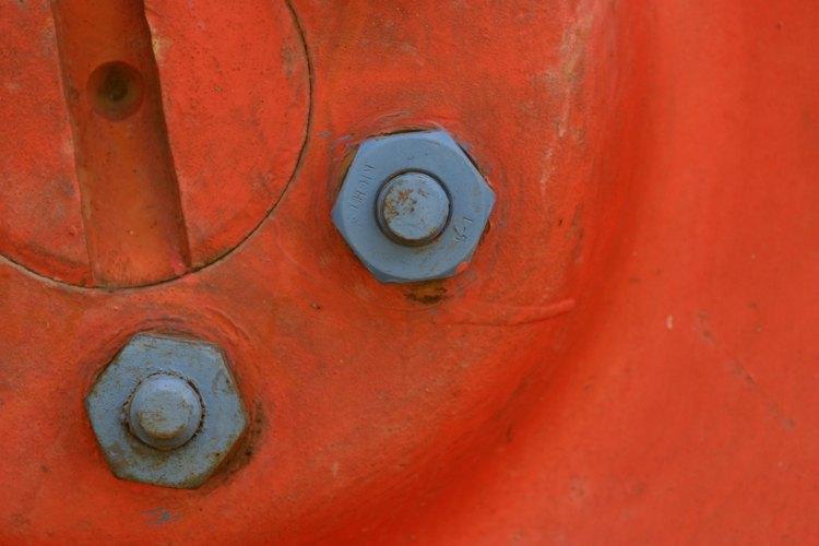 Los tornillos galvanizados de cabeza hexagonal son accesorios comunes en máquinas y edificios.
