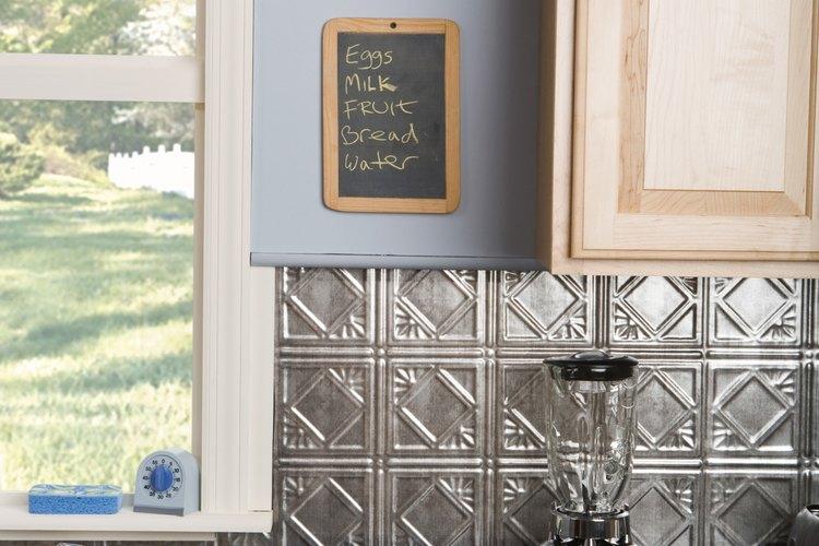 Actualizar los gabinetes puede darle a tu cocina vieja un aspecto moderno.