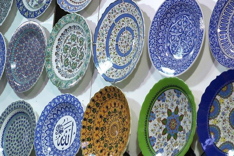 Colgar los platos y cuencos sin soportes de metal te permite arreglos más decorativos.
