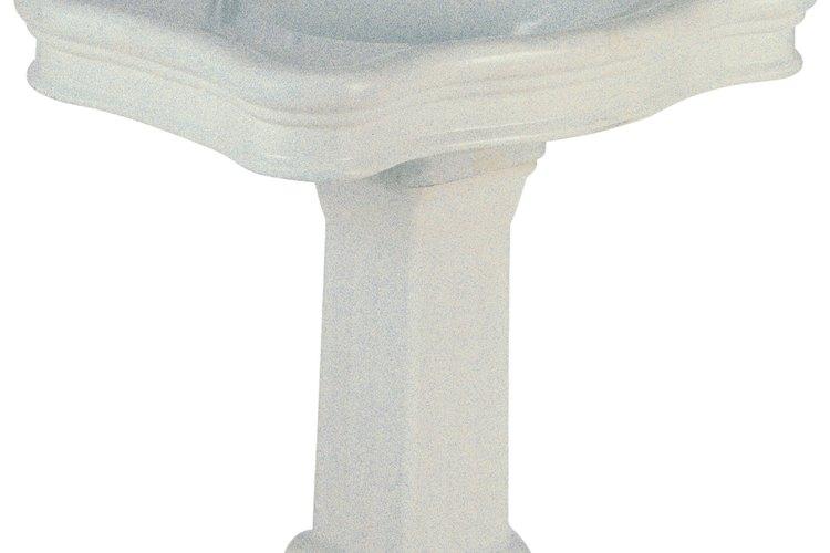 La porcelana le da un atractivo clásico y un bajo mantenimiento a tu cuarto de baño.