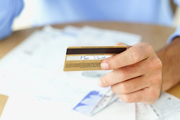 Debes fijarte que todos los recibos, tanto el de la tienda como el de la tarjeta de crédito queden firmados para no ocasionar confusiones.