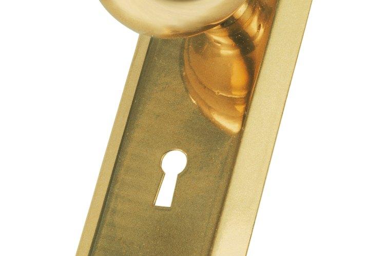 Las cerraduras de las puertas tienen algunas partes complejas, pero pueden ser fáciles de reparar.