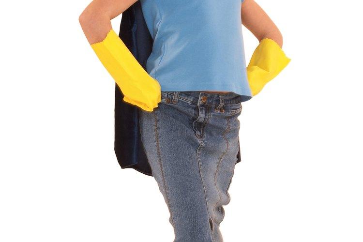 Puedes restaurar la camiseta de invierno preferida de tu hijo para que siga usándola por unos meses más.