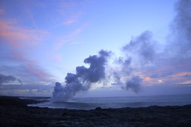 El vapor se eleva desde la lava del Kilauea que entra en el océano afuera del Volcanoes National Park en Hawaii.