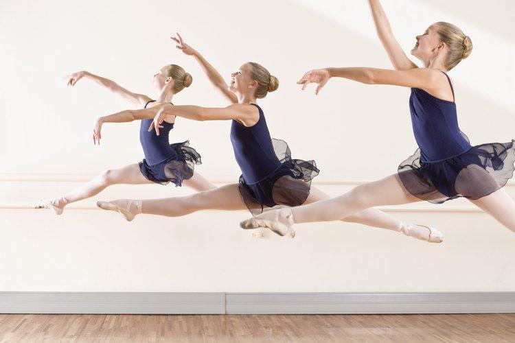 Las niñas que bailan o hacen gimnasia pueden luchar con temas de su imagen corporal.