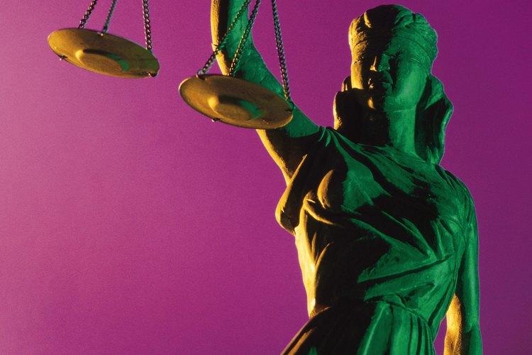 La justicia establece un equilibrio entre los principios de libertad e igualdad.